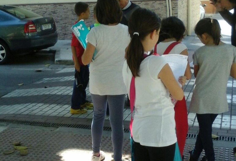 Visitando el barrio el alumnado de cuarto